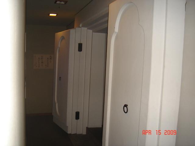 土蔵づくりの御堂入口